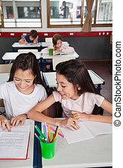 女生徒, 勉強, 一緒に, 中に, 教室