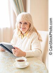 女, お茶, 優雅である, 読む, 本, テーブル, シニア, 持つこと