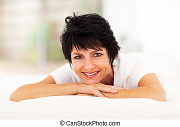 女, かなり, ベッド, 年を取った, 中央の, あること