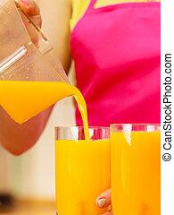 女, たたきつけるオレンジジュース, 飲みなさい, 中に, ガラス