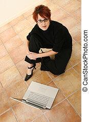女, ∥で∥, ラップトップ, 床の上に座る