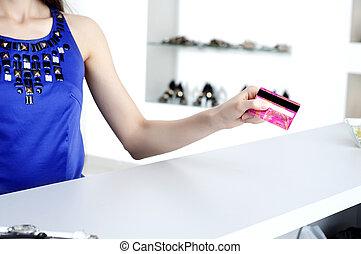 女, ∥において∥, 買い物, チェックアウト, 支払う, クレジットカード