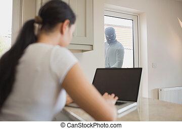 女, によって, 強盗, ドア, 見る ガラス