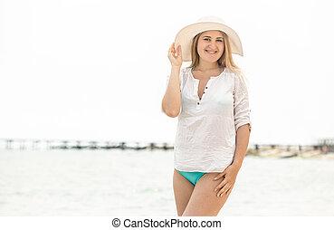 女, に対して, 優雅である, ブルネット, 海岸, ポーズを取る, 白い帽子