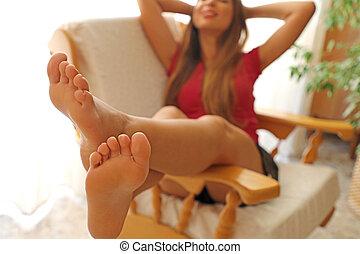 女, はだしで, 弛緩, 若い, フォーカス, 快適である, フィート, 椅子