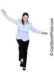 女, ふりをすること, 歩くため, 上に, tight-rope