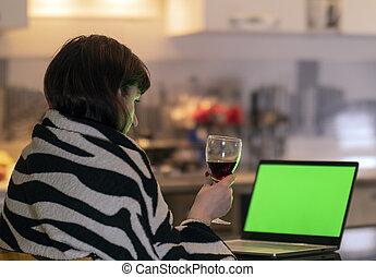 女, アルコール, 彼女, スクリーン, 手掛かり, 手, ガラス, 顔つき, 間, ラップトップ, chromakey, モニター