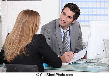 女, インタビュー, 若い, 机, 横切って, 人