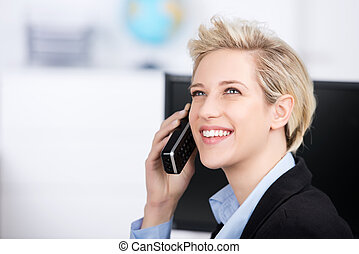女, オフィス, の上, コードレス, 見る, 電話, 間, 使うこと