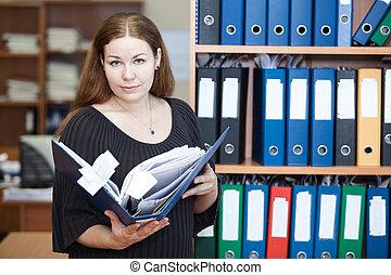 女, オフィス, ビジネス エグゼクティブ, 文書, 手を持つ, フォルダー