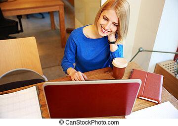 女, オフィス, ラップトップ, 若い, 使うこと, 微笑