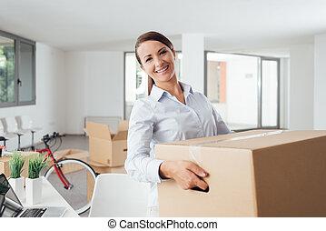 女, オフィス, 彼女, 箱, 届く, 新しい, 幸せ