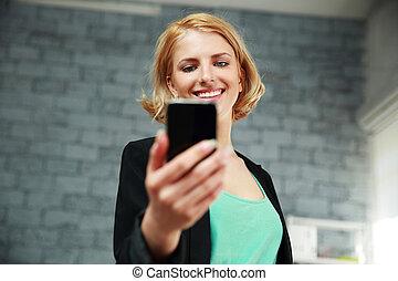 女, オフィス, 若い, smartphone, 保有物, 微笑