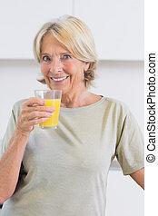 女, オレンジジュース, 微笑, 飲むこと