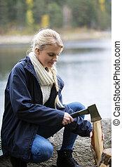 女, キャンプ, 湖畔, 切断木, たき火