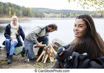女, キャンプ, 湖畔, 準備, 友人, たき火