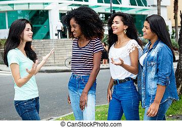 女, グループの 議論, 若い 大人, インターナショナル