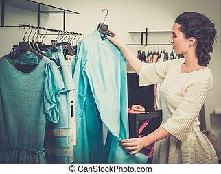 女, ショールーム, 選択, 若い, 棚, 衣服