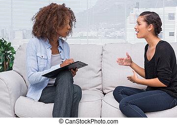 女, ジェスチャーで表現する, そして, 話すこと, へ, 彼女, セラピスト