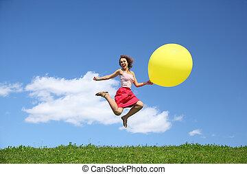 女, ジャンプする, 笑い, 大きい球, 離れて, 草, 翼, 膨らませることができる