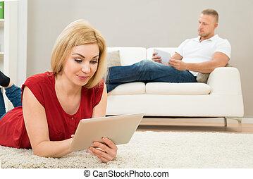 女, タブレット, ソファー, デジタル, 使うこと, 人