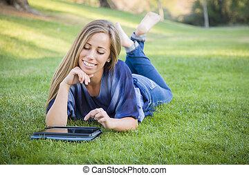 女, タブレット, 若い, コンピュータ, 屋外で, 使うこと, 微笑