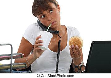女, ハンバーガー, わら, 若い, 食べること, 間, 呼出し, 作成, 飲むこと, から