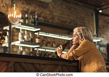 女, バー, 魅了, ビール, ブロンド, すする