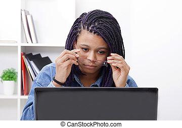 女, パッティング, ある, ∥, ガラス, 注意深い, へ, それ, コンピュータ, ラップトップ
