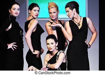 女, ファッションショー