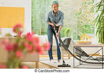 女, ベージュ, カーペットに掃除機をかける
