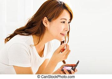 女, メイクアップを応用する, 若い, 化粧品, 唇, ブラシ