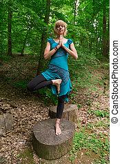女, ヨガの 姿勢, 木, 若い, forest., 練習する