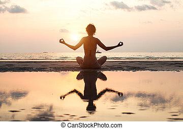 女, ヨガ, 反射, モデル, ロータス, 浜, ポーズを取りなさい, 明るい色, の間, water., 日没