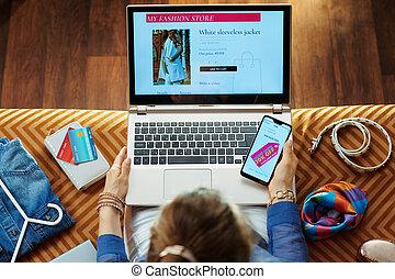 女, ラップトップ, 拾い読み, 高い方法, オンラインで, 小売り店