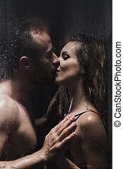 女, ロマンチック, シャワー, の間, キスされた, 人