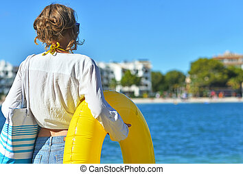 女, 上に, 都市, 浜。, 背中, ビュー。