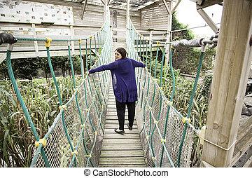 女, 上に, a, 木製の橋