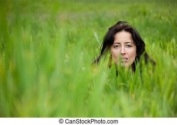 女, 中に, 牧草地
