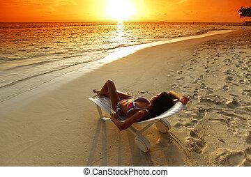 女, 中に, chaise-lounge, 弛緩, 上に, 浜