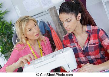 女, 中に, dressmaking, クラス, 助力, 学生