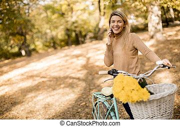 女, 公園, 使うこと, 自転車, 若い, smartphone, 秋