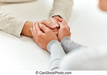 女, 古い, の上, 若い, 手を持つ, 終わり, 人