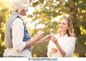 女, 味が分かる, 母, 若い, 氷, 楽しませられた, 屋外で, 年を取った, クリーム