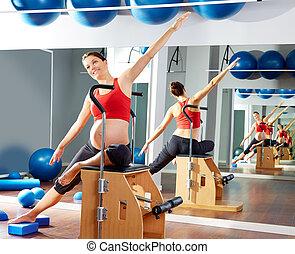 女, 妊娠した, 伸張, pilates, 側, 練習