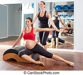 女, 妊娠した, pilates, stretchs, 側, 練習