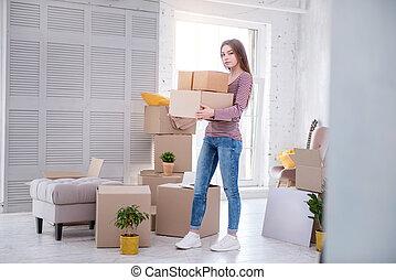 女, 家, 若い, 朗らかである, 箱, 届く, 所有物, 新しい