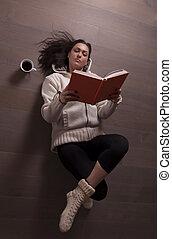 女, 床の上に横たわる, そして, 読書