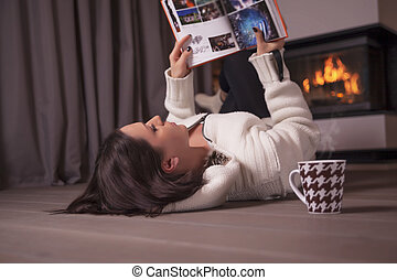 女, 床の上に横たわる, 読む本