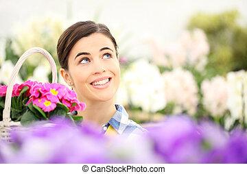 女, 庭, 紫色, 枝編み細工, 白, の上, 春, 見る, バスケット, 微笑, 花, サクラソウ